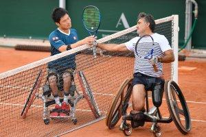 車いすテニス国枝慎吾選手:コートで対戦相手と握手する写真
