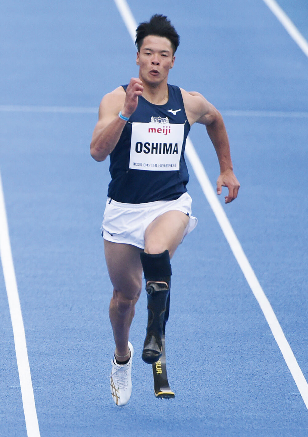 パラ陸上/大島健吾選手が競技場のトラックで走る写真(全身)