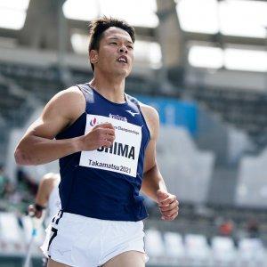 パラ陸上/大島健吾選手が競技場のトラックで走っている写真