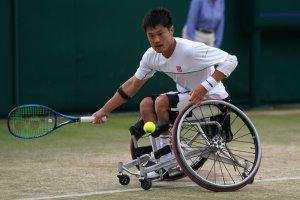 写真:芝のコートでボールに向かう国枝慎吾選手