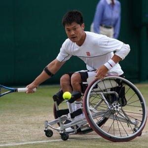 サムネイル写真:写真:芝のコートでボールに向かう国枝慎吾選手