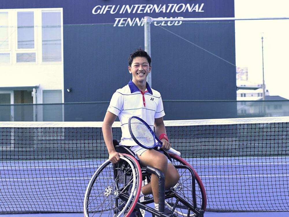 写真:テニスコート内で笑顔の小田凱人選手
