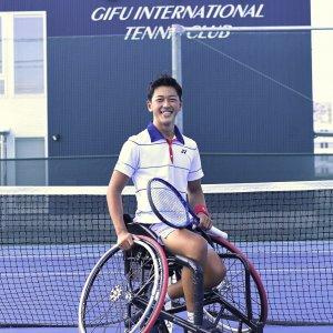 サムネイル写真:テニスコート内で笑顔の小田凱人選手