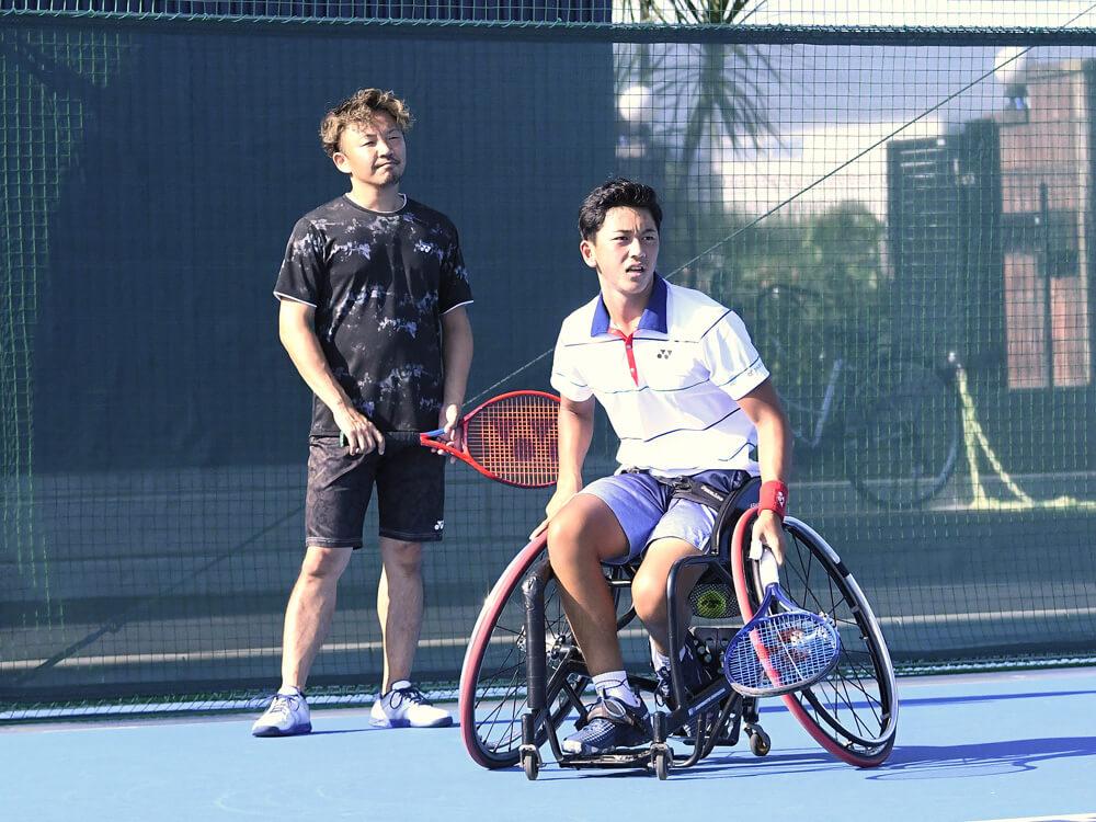 写真:テニスコート内で真剣な表情で練習する小田凱人選手と後藤智樹コーチ