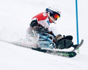 写真:チェアスキーをする村岡桃佳選手