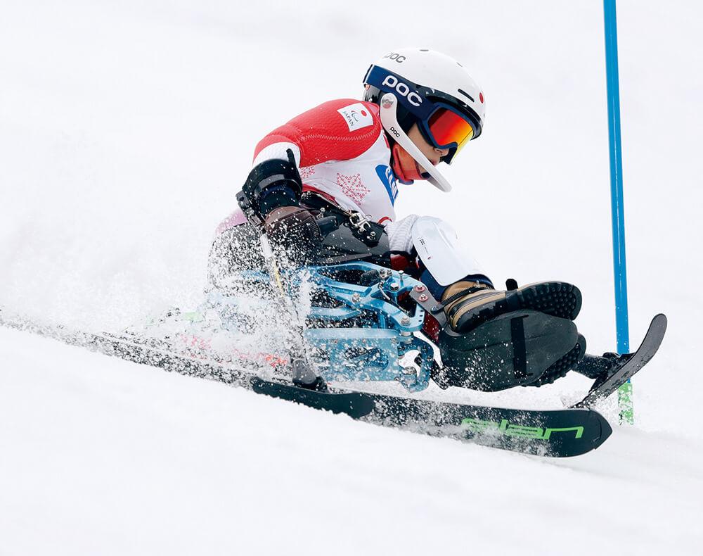 写真:チェアスキーをする村岡桃佳