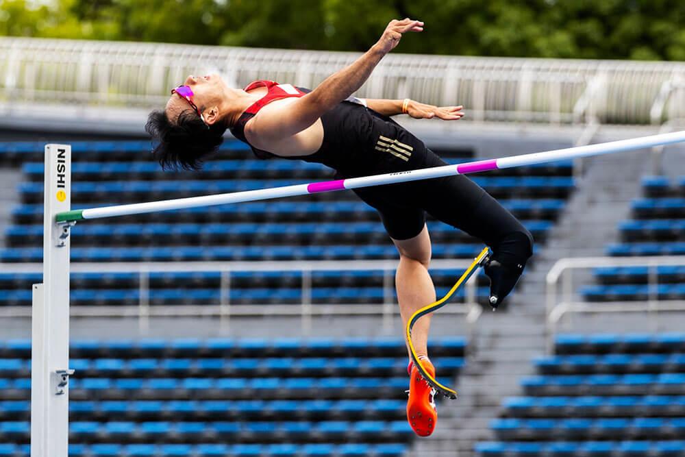 義足ハイジャンパー鈴木徹選手が背面から跳躍を決める写真