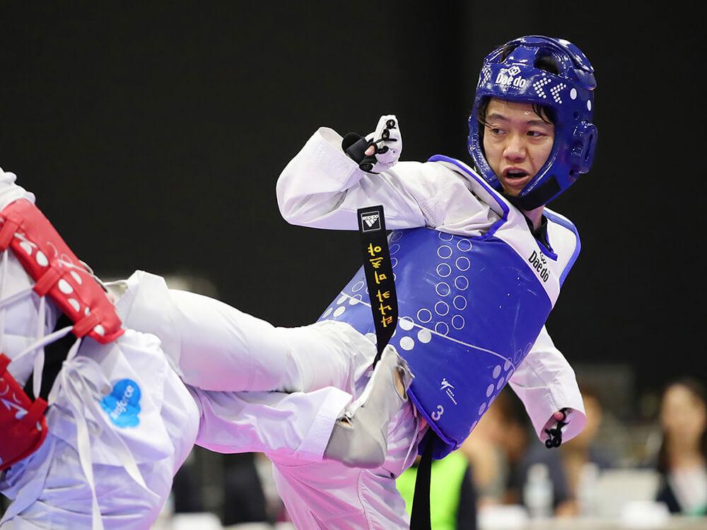 写真:パラテコンドー田中光哉選手が対戦相手と蹴りあうシーン