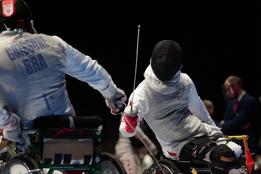写真:藤田道宣選手が右手に剣を持ち、対戦相手の選手と戦っている様子