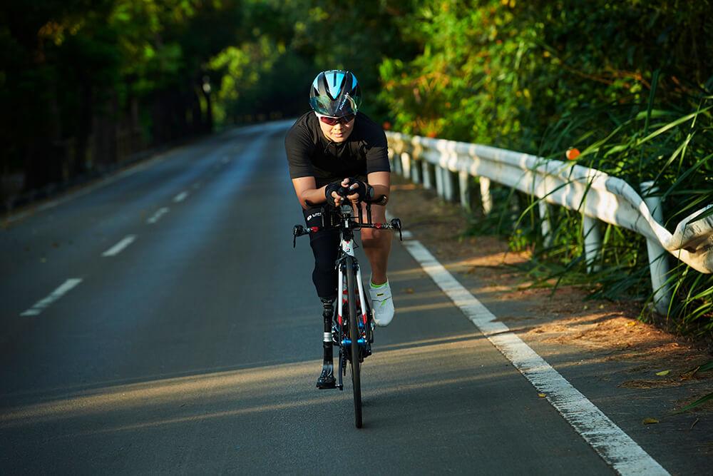 正面からの写真:自転車に乗ってトレーニングするパラトライアスロン谷_真海選手