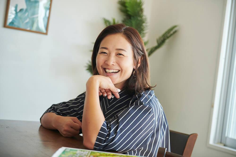 写真:笑顔で写真撮影に応じるパラトライアスロン谷_真海選手