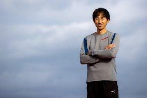 写真:腕組みして立つハイジャンパー鈴木徹選手