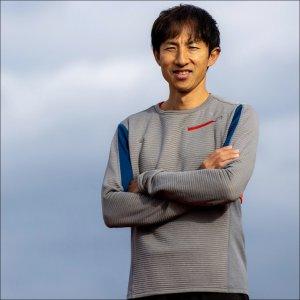 サムネイル写真:腕組みして立つハイジャンパー鈴木徹選手