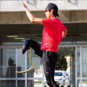 サムネイル写真:競技場のトラックで跳躍するハイジャンパー鈴木徹選手