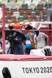 写真:国立競技場で跳躍し、バーを背を下に跳び越える義足ハイジャンパー鈴木徹選手