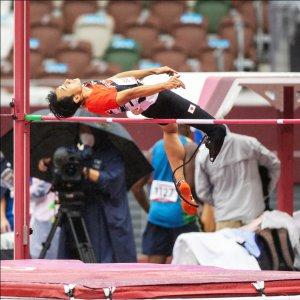 サムネイル画像:国立競技場で跳躍し、バーを背を下に跳び越える義足ハイジャンパー鈴木徹選手