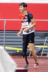 写真:競技場に立つ義足ハイジャンパー鈴木徹選手