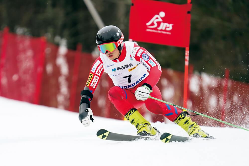 写真:パラアルペンスキー競技中に綺麗なフォームで旗門を抜け滑降する高橋幸平選手