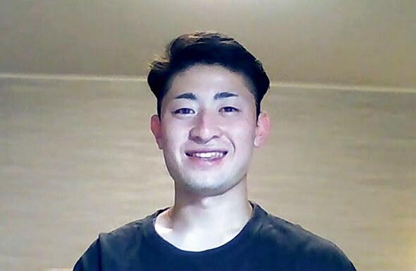 写真:Tシャツ姿で笑った素顔を見せるパラアルペンスキー高橋幸平選手