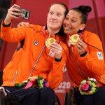 9月4日、車いすバスケ女子表彰式。金メダル・オランダ代表の微笑ましい祝福の瞬間!