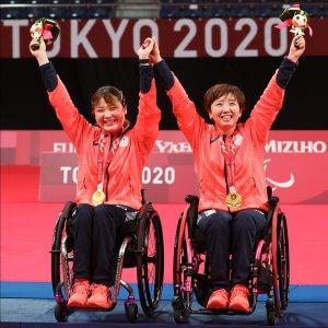 サムネイル画像:パラバドミントンダブルスでも金メダルを獲得した里見紗李奈選手とペアを組んでいる山崎悠麻選手がメダルをかけ万歳し喜んでいるシーン